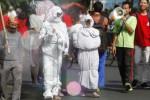 Sejumlah aktivis Ikatan Mahasiswa Muhammadiyah (IMM) berpakaian layaknya mayat yang telah dipocong di arena Car Free Day (CFD) Kota Solo yang digelar di sepanjang Jl. Slamet Riyadi, Solo, Jawa Tengah, Minggu (12/10/2014). Mereka berjalan menarik perhatian di antara para pejalan kaki lain untuk menggalang dana kemanusiaan yang hendak mereka salurkan bagi korban kekeringan di Sragen. (Ardiansyah Indra Kumala/JIBI/Solopos)