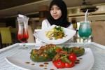 Karyawan magang Syariah Hotel Solo, Dinar Puspitasari, menunjukkan menu baru hotel tempatnya magang itu, Kamis (9/10/2014). Syariah Hotel Solo yang secara administratif berada di wilayah Sukoharjo itu meluncurkan menu baru, berupa beef paprika dan roti jala lamb curry. (Ardiansyah Indra Kumala/JIBI/Solopos)