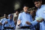 Siswa Lazuardi Kamila Global Islamic School membuat egg ball saat digelar food bazaar di sekolah mereka, Banjarsari, Solo, Jawa Tengah, Jumat (31/10/2014). Food bazaar yang diikuti oleh siswa kelas VII dan VIII tersebut diselenggarakan untuk mengajarkan kemamdirian dan marketing kepada para peserta didik. (Septian Ade Mahendra/JIBI/Solopos)