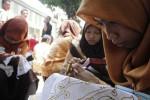 Peserta Lomba Desain Motif Batik menuangkan karya mereka di kain yang telah disiapkan panitia di Dalem Djimatan, Laweyan, Solo, Jawa Tengah, Sabtu (11/10/2014). Lomba desain batik tersebut diikuti 80 siswa SMK dan SMA dan mahasiswa dari Kota Solo dan Sukoharjo. Lomba tersebut digelar untuk memperingati Dies Natalis Ke-31 Universitas Islam Batik (Uniba) Solo. (Septian Ade Mahendra/JIBI/Solopos)