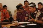 Darsono membawakan tembang Dhandhanggula Tlutur saat menghadiri Macapatan Soedjatmakan Serat Dewa Ruci di Balai Soedjatmoko, Solo, Senin (6/10/2014) malam. Serat Dewa Ruci merupakan karya anonim yang ditulis sekitar awal abad ke-15, yakni pada awal penyebaran agama Islam di Jawa. (Septian Ade Mahendra/JIBI/Solopos)