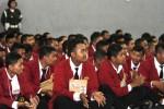 Mahasiswa Universitas Tunas Pembangunan (UTP) baru bertepuk tangan sambil bernyanyi saat mengikuti Orientasi Mahasiswa Baru (Osmaru) di Kampus UTP Cengklik, Solo, Senin (13/10/2014). Masa orientasi tersebut diikuti 806 mahasiswa baru dari 10 program studi yang diselenggarakan UTP Solo. (Septian Ade Mahendra/JIBI/Solopos)