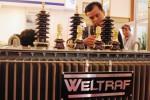 Pengunjung mengamati produk peranti kelistrikan yang dipertontonkan dalam Pameran Kelistrikan Indonesia di Jakarta, Rabu (1/10/2014). Pameran Kelistrikan Indonesia yang merupakan agenda rutin tahunan itu diselenggarakan dalam rangka menyambut Hari Listrik Nasional yang berlangsung Rabu-Jumat (1-3/10/2014) dan diikuti 100 perusahaan energi dan kelistrikan lokal maupun internasional. (Alby Albahi/JIBI/Bisnis)