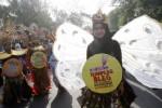 Mahasiswi Fakultas Sastra, Seni Rupa dan Desain (FSRD) Universitas Sebelas Maret (UNS) Solo menampilkan gaun daur ulang di arena Car Free Day (CFD) Kota Solo yang digelar di sepanjang Jl. Slamet Riyadi, Solo, Jawa Tengah, Minggu (12/10/2014). Penampilan mahasiswa FSRD dengan gaun daur ulang tersebut merupakan bagian dari pre-event Pasar Seni 2013 yang menampilkan kreativitas dalam berkarya. (Ardiansyah Indra Kumala/JIBI/Solopos)
