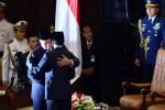 Presiden Ke-7 Indonesia Joko Widodo berpelukan dengan Presiden Ke-6 Indonesia Susilo Bambang Yudhoyono (SBY) di sela-sela Rapat Paripurna MPR dengan agenda tunggal Pelantikan Presiden di Gedung Nusantara, Kompleks Parlemen Senayan, Jakarta, Senin (20/10/2014). Joko Widodo-Jusuf Kalla (Jokowi-JK) resmi menjabat sebagai Presiden dan Wakil Presiden Republik Indonesia masa bakti 2014-2019 seusai mengucapkan sumpah jabatan dan pelantikan di hadapan anggota MPR menggantikan Susilo Bambang Yudhoyono dan Wapres Boediono. (Nurul Hidayat/JIBI/Bisnis)