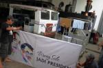 Pekerja menyiapkan spanduk untuk dipasang pada Kereta Wisata Sepur Kluthuk Jaladara di Stasiun Purwosari, Solo, Jawa Tengah, Minggu (19/10/2014). Kereta tersebut akan mengangkut sejumlah siswa dan guru di bekas sekolah Joko Widodo untuk menyambut pelantikan calon presiden terpilih Joko Widodo dan calon wakil presiden terpilih Jusuf Kalla, Senin (20/10/2014).