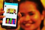 Warga menunjukkan trending topic pada aplikasi Twitter di smartphone-nya di Jakarta, Senin (20/10/2014). Presiden Joko Widodo menjadi trending topic nomor satu dunia dengan tanda pagar #PresidenJokowi pada media sosial tersebut sesaat seusai pelantikan presiden ketujuh dan wakilnya. (Alby Albahi/JIBI/Solopos)