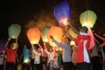Warga menerbangkan seribu lampion di Benteng Vastenburg, Solo, Jawa Tengah, Senin (20/10/2014) malam. Lampion-lampion tersebut dilepaskan ke udara sebagai bentuk harapan baru bagi pemerintahan Presiden Ke-7 Indonesia Joko Widodo dan wakilnya, Jusuf Kalla, yang dilantik MPR pada pagi harinya. (Sunaryo Haryo Bayu/JIBI/Solopos)