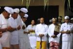 Umat Hindu memanjatkan doa bersama di Pura Wirasatya Agung, Tanah Abang, Jakarta, Minggu (19/10/2014). Acara doa bersama tersebut dilakukan umat Hindu demi terwujudnya Indonesia damai sesuai harapan umat beragama pada masa kepemimpinan Presiden Ketujuh Indonesia Joko Widodo dan wakilnya, Jusuf Kalla (Jokowi-JK) membawa pembaruan dan kesejahteraan, serta keadilan. (Alby Albahi/JIBI/Bisnis)