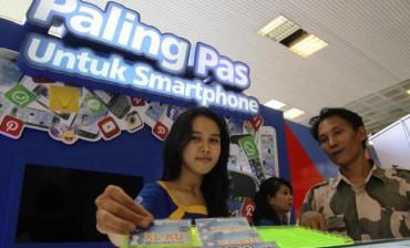 Sales promotion girl (SPG) memberikan penjelasan kepada calon konsumennya di kompleks perkantoran MPR-DPR-DPD, Senayan, Jakarta, Senin (20/10/2014). PT XL Axiata Tbk. (XL) membuka gerai di kompleks perkantoran parlemen tersebut saat digelar Sidang Paripurna MPR dengan agenda tunggal pelantikan Presiden Ke-7 Indonesia Joko Widodo dan wakilnya, Jusuf Kalla, di tempat itu. (Nurul Hidayat/JIBI/Bisnis)