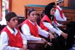 Terdakwa kekerasan seksual di lingkungan Jakarta International School (JIS) Agun Iskandar (kiri), Syahrial (kedua dari kiri), Afrischa Setyani (tengah), Zainal Abidin (kedua dari kanan) dan Virgiawan (kanan) menunggu dimulainya sidang di Pengadilan Negeri Jakarta Selatan, Jakarta, Rabu (22/10/2014). Agenda sidang kasus kekeraasan seksual di JIS itu memasuki tahap mendengarkan keterangan saksi ahli dokter RSCM, Oktavinda Safitry dan seorang saksi yang identitasnya masih dirahasiakan. (JIBI/Solopos/Antara/Rendhik Andika)