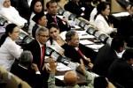 Sejumlah anggota Fraksi PDI Perjuangan memprotes intrupsi dari salah seorang anggota sidang paripurna MPR di Gedung Nusantara, Komplek Perkantoran DPD, DPR dan MPR, Senayan, Jakarta, Selasa (7/10/2014). Rapat Paripurna tersebut beragenda mimilih ketua MPR periode 2014-2019. (Abdullah Azzam/JIBI/Bisnis)