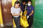Sejumlah polisi menggotong jenazah Albertus Daryanto, 69, yang telah dikemas dalam kantong mayat khusus, Selasa (21/10/2014) siang. Jenazah warga Cokrokusuman RT 045/RW 009, Jetis, Kota Jogja itu ditemukan di kamar nomor 6 Hotel Kinasih, Laweyan, Solo, Jawa Tengah. Lelaki itu diduga tewas akibat sakit pernapasan. (Septian Ade Mahendra/JIBI/Solopos)