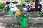 Tong sampah di kawasan Jl. Mayor Kusmanto, sebelah utara Benteng Vastenburg, Solo, Jawa Tengah banyak yang rusak dan hilang dicuri orang. Hal tersebut menyebabkan sampah berserakan di beberapa tempat di sekitarnya, Kamis (9/10/2014). (Sunaryo Haryo Bayu/JIBI/Solopos)