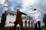 FOTO PERJUDIAN ACEH : Begini Hukum Cambuk bagi Pejudi di Aceh