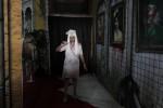 Seorang perempuan memperagakan hantu perawat pada wahana hiburan Rumah Hantu Indonesia (RHI) di The Park Mall, Solo Baru, Sukoharjo, Jumat (24/10/2014) Rumah hantu yang. mengangkat tema sebuah rumah sakit zaman kolonial Belanda itu berjudul Rumah Sakir Angker Ziekenzorg 1907 digelar hingga 4 Januari 2015. (Ardiansyah Indra Kumala/JIBI/Solopos)
