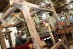 Pekerja di industri kerajinan sarung tenun menyelesaikan pembuatan karya kerajinan itu di Semanggi, Pasar Kliwon, Solo, Jawa Tengah, Selasa (14/10/2014). Sarung tenun yang dijual ke luar Jawa tersebut ditawarkan dengan kisaran harga Rp300.000-Rp500.000 per lembar. (Ardiansyah Indra Kumala/JIBI/Solopos)