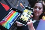 Model memperlihatkan Acer Smartphone Liquid Jade dan Liquid Z500 saat diluncurkan di Jakarta, Selasa (28/10/2014). Smartphone terbaru Acer yang terbilang tipis itu dilengkapi layar dengan lebar diagonal 5 inci beresolusi HD dan prosesor Quad Core 2 GB. Smartphone baru tersebut di pasarkan dengan harga Rp2.099.000 dan Rp3.599.000. (Rahmatullah/JIBI/Bisnis)