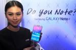 Seorang wanita menunjukkan smartphone terbaru Samsung Galaxy Note 4 dalam launching di Jakarta, Rabu (22/10/2014). Note 4 merupakan ponsel flagship Samsung yang memiliki spesifikasi tinggi seperti prosesor 1.9 Octa Corre, layar QHD AMOLED 2560x1440, kamera belakang-depan 16mp-3.7mp, internal memory 32GB, RAM 3GB serta Stylus Pen yang telah disempurnakan. (JIBI/Solopos/Antara/Akbar Nugroho Gumay)