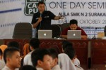 Product Manager and Support Manager Mikrotik, Novan Chris, menunjukkan router saat One Day Seminar di Aula SMK Negeri 2 Solo, Jawa Tengah, Rabu (29/10/2014). Seminar tersebut mengajarkan kepada para siswa sekolah menengah kejuruan itu mengenai jejaring komputer. (Septian Ade Mahendra/JIBI/Solopos)