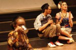 Salah satu adegan pertunjukan teater yang berjudul Leng yang dibawakan oleh Teater Lungid di Teater Arena, Taman Budaya Surakarta (TBS), Solo, Jawa Tengah, Kamis (30/10/2014) malam. Pementasan teater tersebut menceritakan tentang kritik-kritik sosial yang dibawakan dengan bahasa Jawa. (Septian Ade Mahendra/JIBI/Solopos)