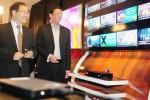 CEO PT Linknet Tbk. Richard Kartawijaya (kiri) didampingi Chief Technology Officer Desmond Poon menyaksikan tayangan stasiun televisi langganan berbayar di sela-sela pengenalan Linknet First Media Smart Box HD terbaru di Jakarta, Kamis (2/10/2014). Smart Box HD merupakan generasi terbaru Set Top Box dari First Media yang dirancang untuk menggabungkan layanan akses Internet dengan layanan TV berbayar dengan gambar berkualitas tinggi yang akan diluncurkan Kamis (10/10/2014) pekan mendatang. (Alby Albahi/JIBI/Bisnis)