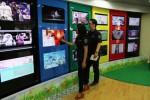 Karyawan salah satu perusahaan televisi berbayar di Jakarta, Selasa (21/10/2014), mengamati layar monitor pesawat televisi di kantor mereka. Asosiasi Penyelenggara Multimedia Indonesia bersiap menyesuaikan tarif berlangganan televisi berbayar pada November 2014 ini menyusul terkereknya nilai kontrak dengan content provider yang rata rata berbasis di AS . Kenaikan nilai kontrak itu terkait dengan melemahnya nilai tukar rupiah terhadap dolar. (Endang Muchtar/JIBI/Bisnis)