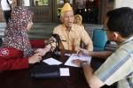 Petugas medis mengecek tekanan darah anggota Legiun Veteran Republik Indonesia (LVRI) saat digelar acara Alfamart Alfamidi Sahabat Veteran di Balai Kota Solo, Sabtu (11/10/2014). Kegiatan bagi 1.000 orang veteran tersebut dibiayai dengan sumbangan konsumen Alfamart dan Alfamidi yang dihimpun dari uang kembalian bernominal kecil pada periode 1 Agustus 2014 hingga 15 Agustus 2014 yang nilainya mencapai Rp1.280.148.107. (Septian Ade Mahendra/JIBI/Solopos)