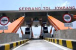 Pekerja berada di gerbang jalan tol Trans Jawa Kertosono-Mojokerto Seksi 1 di Tembelang, Jombang, Jawa Timur, Minggu (12/10/2014). Jalan tol Kertosono-Mojokerto Seksi 1 sepanjang 14,7 km akan dioperasikan mulai Selasa (14/10/2014), diharapkan dapat menjadi solusi bagi kepadatan lalu lintas di sekitar Jombang. (JIBI/Solopos/Antara/Syaiful Arif)
