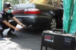Petugas memeriksa kadar gas buang mobil yang diuji emisinya di Bundaran Gladak, Solo, Jawa Tengah, Sabtu (11/10/2014). Uji emisi yang dilakukan secara gratis tersebut merupakan bentuk kepedulian terhadap terciptanya kualitas udara yang lebih baik dan sehat. (Septian Ade Mahendra/JIBI/Solopos)