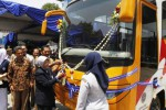 Rektor Universitas Islam Batik (Uniba) Solo Endang Siti Rahayu didampingi Wali Kota Solo F.X. Hadi Rudyatmo memotong pita sebagai tanda penyerahan bus kampus di Kampus Uniba Solo, Senin (6/10/2014). Bus kampus bantuan dari Kementerian Perhubungan tersebut nantinya akan digunakan sebagai sarana operasional kampus. (Septian Ade Mahendra/JIBI/Solopos)