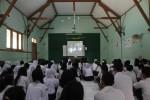Siswa nonton bareng film berjudul Butiran Debu di SMP Negeri 24 Solo, Rabu (15/10/2014). Film berdurasi sekitar 40 menit tersebut merupakan film kedua produksi SMP Negeri 24 Solo yang dimainkan oleh Teater Kwaliska. (Septian Ade Mahendra/JIBI/Solopos)