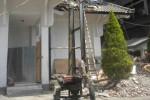 Sejumlah pekerja membangun besi kerangka lift di gedung kompleks kantor Sekretariat Daerah (Setda) Sukoharjo, Rabu (29/10/2014). (Iskandar/JIBI/Solopos)