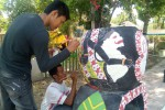 Salah satu peserta mengolaborasikan Batik Geblek Renteng dengan berbagai potensi seni yang ada di Kulonprogo dalam Lomba Lukis Pot menyemarakan Hari Jadi ke-63 Kulonprogo, Minggu (12/10/2014). (JIBI/Harian Jogja/Holy Kartika N.S)