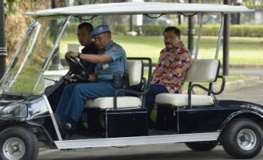 Mantan Kepala Badan Intelijen Nasional (BIN) A.M. Hendropriyono (kanan) menaiki kendaraan khusus yang disediakan di Istana Kepresidenan Jakarta oleh Paspampres untuk menghadap Presiden Joko Widodo di Istana Merdeka, Jakarta, Selasa (21/10/2014). Presiden Joko Widodo memanggil sejumlah tokoh, politisi, pejabat negara dan pakar menemui dirinya di Istana Merdeka menjelang pengumuman kabinet. (JIBI/Solopos/Antara/Widodo S. Jusuf)