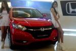 Dua sales promotion girl (SPG) berdiri di samping Honda HR-V pada peluncuran di Paragon City Mall, Kota Semarang, Rabu (15/10/2014) malam. (Insetyonoto/JIBI/Solopos)