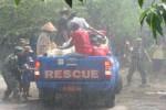 Warga Dusun Ngoto, Desa Bangunharjo, Sewon Bantul mengungsikan diri di tengah guyuran hujan, dalam simulasi bencana banjir yang digelar Rabu (22/10/2014). (Bhekti Surani/JIBI/Harian Jogja)