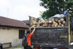 Truk beserta muatan 85 gelondong kayu jati yang diduga hasil ilegal logging atau pembalakan liar hutan milik Perhutani diamankan di Mapolres Sragen, Kamis (23/10/2014).. (Taufiq Sidik/JIBI/Solopos)