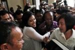 Kahiyang Ayu, putri Presiden Joko Widodo, mendapat pengamanan ketat seusai mengikuti ujian calon pegawai negeri sipil (CPNS) di Graha Soloraya, Kantor Bakorwil II, Gladak, Solo, Jawa Tengah, Kamis (23/10/2014). Dalam ujian yang menggunakan metode computer assisted test (CAT) tersebut, Kahiyang Ayu mendapatkan nilai 300 poin. (Ardiansyah Indra Kumala/JIBI/Solopos)