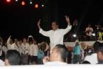 Presiden pilihan rakyat periode 2014-2019 Joko Widodo, melakukan salam tiga jari dengan berlari mengintari panggung sebelum menyampaikan pidato singkatnya pada Pesta Syukuran Rakyat di panggung konser salam 3 Jari di Jakarta, Senin (20/10/2014). Dalam pidatonya Jokowi mengajak masyarakat untuk bersama-sama membangun Indonesia menjadi bangsa dan negara yang kuat. (Dedi Gunawan/JIBI/Bisnis)