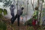 Polisi dan warga bergotong-royong mematahkan ranting pohon untuk mengisolasi kebakaran hutan agar tak masuk ke permukiman warga di Dusun Gamping, Desa Sendangijo, Kecamatan Selogiri, Wonogiri, Sabtu (18/10/2014). (Trianto Hery Suryono/JIBI/Solopos)