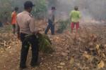 Polisi dan warga bergotong-royong menanggulangi kebakaran hutan di wilayah Dusun Gamping RT 001, Desa Sendangijo, Kecamatan Selogiri, Wonogiri, Sabtu (18/10/2014). Mereka mematahkan ranting pohon untuk mengisolasi kebakaran hutan agar tak masuk ke permukiman warga. Satu unit mobil kebakaran juga dikerahkan ke lokasi kebakaran agar api tak menjalar ke permukiman warga. (Trianto Hery Suryono/JIBI/Solopos)