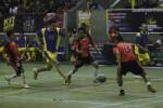 Pemain Futsalismo All Star, Darius Sinathrya (10), berebut bola dengan pemain Solo Bro saat pertandingan eksibisi Kit Futsalismo National Futsal Championship di GOR Manahan, Solo, Jawa Tengah, Sabtu (11/10/2014). Pertandingan eksibisi yang menampilkan kalangan selebritis itu digelar sebagai hiburan di sela pertandingan final Kit Futsalismo 2014 itu. (Septian Ade Mahendra/JIBI/Solopos)