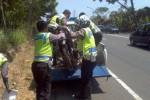 Petugas kepolisan Polres Boyolali mengangkat rangka sepeda motor yang ringsek setelah pengendara mengalami kecelakaan di Jl. Boyolali-Semarang km 9, Kamis (2/10/2014). (Irawan Sapto Adi/JIBI.Solopos)