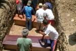 Sejumlah korban kecelakaan lalu lintas di Desa Brambang, Karangawen, Demak, Rabu (8/10) dimakamkan di permakaman Desa Karanganyar, Weru, Sukoharjo, Kamis (9/10/2014). Korban merupakan satu kerabat dari Dukuh Ngepung, Desa Karanganyar, Weru. (Aries Susanto/JIBI/Solopos)