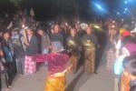 Rombongan membawa sesaji dan kepala kerbau untuk dilarung di kawasan puncak Gunung Merapi dalam rangka Sedekah Gunung memperingati malam 1 Sura, Jumat (24/10/2014) malam. (Irawan Sapto Adi/JIBI/Solopos)