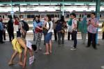 """Seorang lelaki, Jumat (17/10/2014), dipaksa aparat keamanan Stasiun Manggarai Jakarta berkeliaran dengan merangkak setelah dikalungi karton bertuliskan, """"Saya Pelaku Pelecehan Seksual."""" Bukan sekali ini aparat keamanan Stasiun Manggarai Jakarta melakukan tindakan main hakim sendiri terhadap seorang tersangka pelaku tindak kejahatan, sehari sebelumnya mereka melakukan tindakan serupa terhadap lelaki yang diyakini sebagai pencopet. (Dwi Prasetya/JIBI/Bisnis)"""