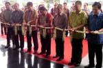 Managing Director Nasmoco Group Jateng dan DIY Fatrijanto (kanan) dan direksi dari Toyota Astra Motor menggunting untai melati pada peresmian empat daeler Nasmoco di Nasmoco Siliwangi, Kota Semarang, Rabu (29/10/2014). (Insetyonoto/JIBI/Solopos)
