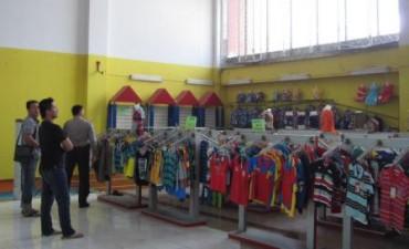 Kasat Reskrim Polres Klaten, AKP Fachrul Sugiarto (paling kanan), mengecek jendela kaca yang diduga menjadi lokasi masuknya pencuri di Swalayan Mitra Klaten, Rabu (1/10). Pencuri yang diduga masuk ke toko pada Selasa (30/9/2014) malam itu mengambil uang Rp30 juta yang ada di brankas di toko tersebut. (Ayu Abriani/JIBI/Solopos)