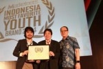 Chief Executive Majalah Marketeers, Waizly Darwin (kiri) didampingi Vice President of Mark Plus Consulting, Hermawan Kertajaya (kanan) menyerahkan penghargaan kepada Director AHM, David Budiono pada ajang Youth, Women, and Netizen Awards 2014 di Jakarta, Rabu (22/10/2014). (JIBI/Solopos/Istimewa)